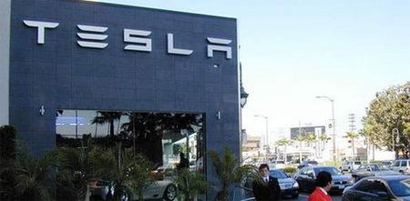 Tesla inaugura su primer concesionario y entrega las primeras unidades