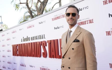Joseph Fiennes sabe cómo adoptar el color camel para un look elegante de entretiempo