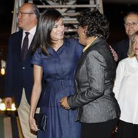 Doña Letizia más Meghan Markle que nunca al lucir este vestido vaquero en su llegada a Mozambique