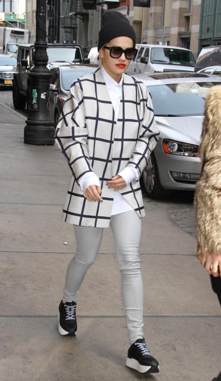 Rita Ora cuadros look calle