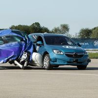 ZF propone airbags externos para colisiones laterales y este video los muestra en acción
