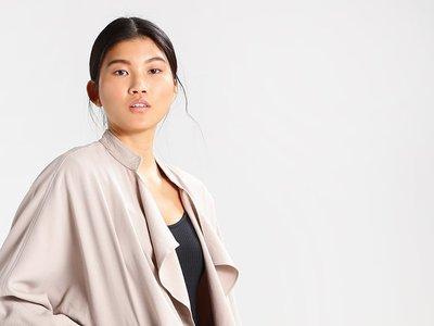 El abrigo corto de New Look  Bailey en color piedra está rebajado un 60% en Zalando:  sólo cuesta 17,95 euros