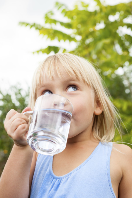 Nina Bebiendo Agua