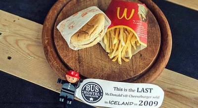El último menú de McDonald's vendido en Islandia en 2009, expuesto en Reykjavik