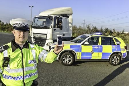 Inglaterra está usando camiones camuflados para combatir la conducción distraída, y está siendo un éxito