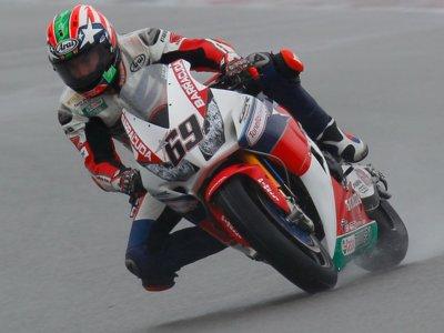 Nicky Hayden estrena su palmarés con victoria en la lluviosa segunda carrera de Sepang