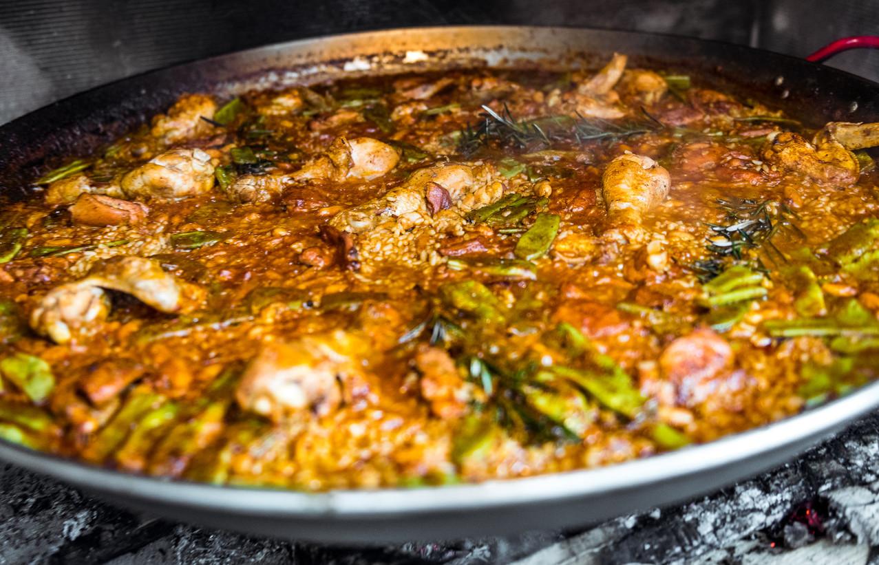Mitos y leyendas de la paella valenciana: qué se hace de verdad, qué es falso folclore y cómo se cocina un...