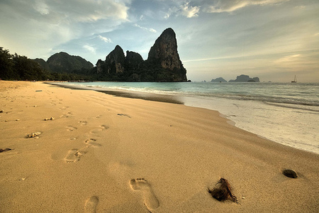 Andar descalza sobre la arena alivia problemas de espalda