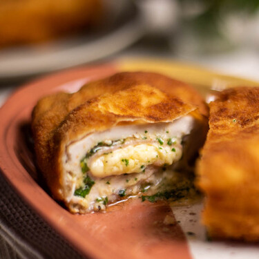 Cómo hacer un jugoso y sabroso cordon bleu de pollo: nuestra versión de la tradicional receta francesa (con vídeo incluido)