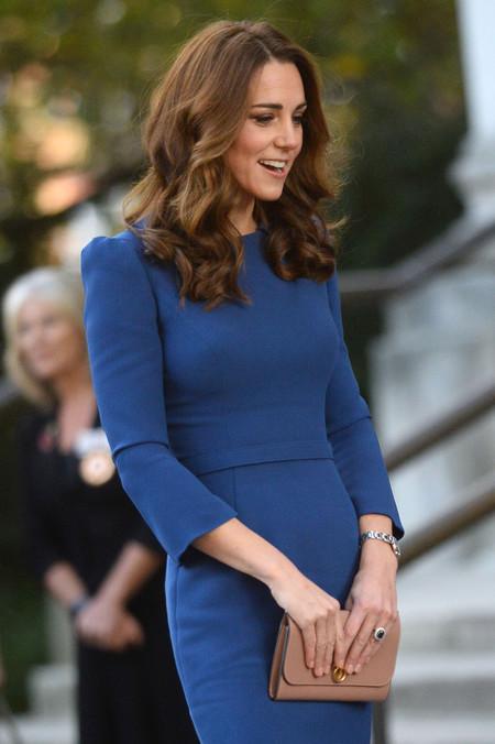 Kate Middleton sigue los pasos de Meghan Markle y  se suma también al azul en su último (y reciclado) look