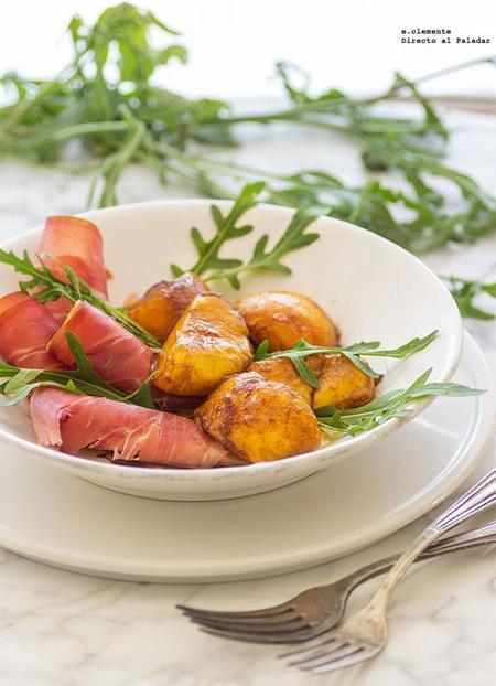 ensalada de jamón serrano y melocotones marinados