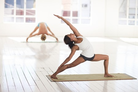 Tres ejercicios en el gimnasio que te ayudan a mejorar en las clases de Yoga