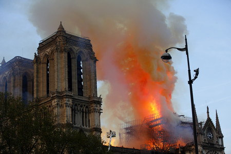 Por qué no es buena idea usar aviones para apagar incendios como el de Notre Dame (o cualquier otro tipo de fuego urbano)