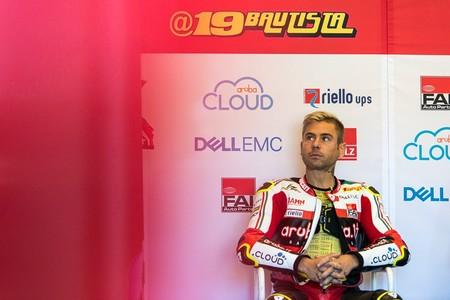 Álvaro Bautista se disloca un hombro por otra caída en la Superpole Race y es duda para la carrera larga