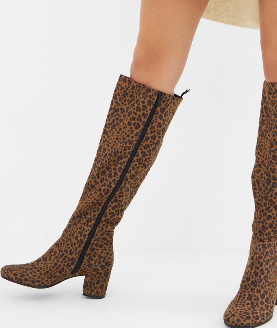 Botas de caña alta con tacón y estampado de leopardo de Monki
