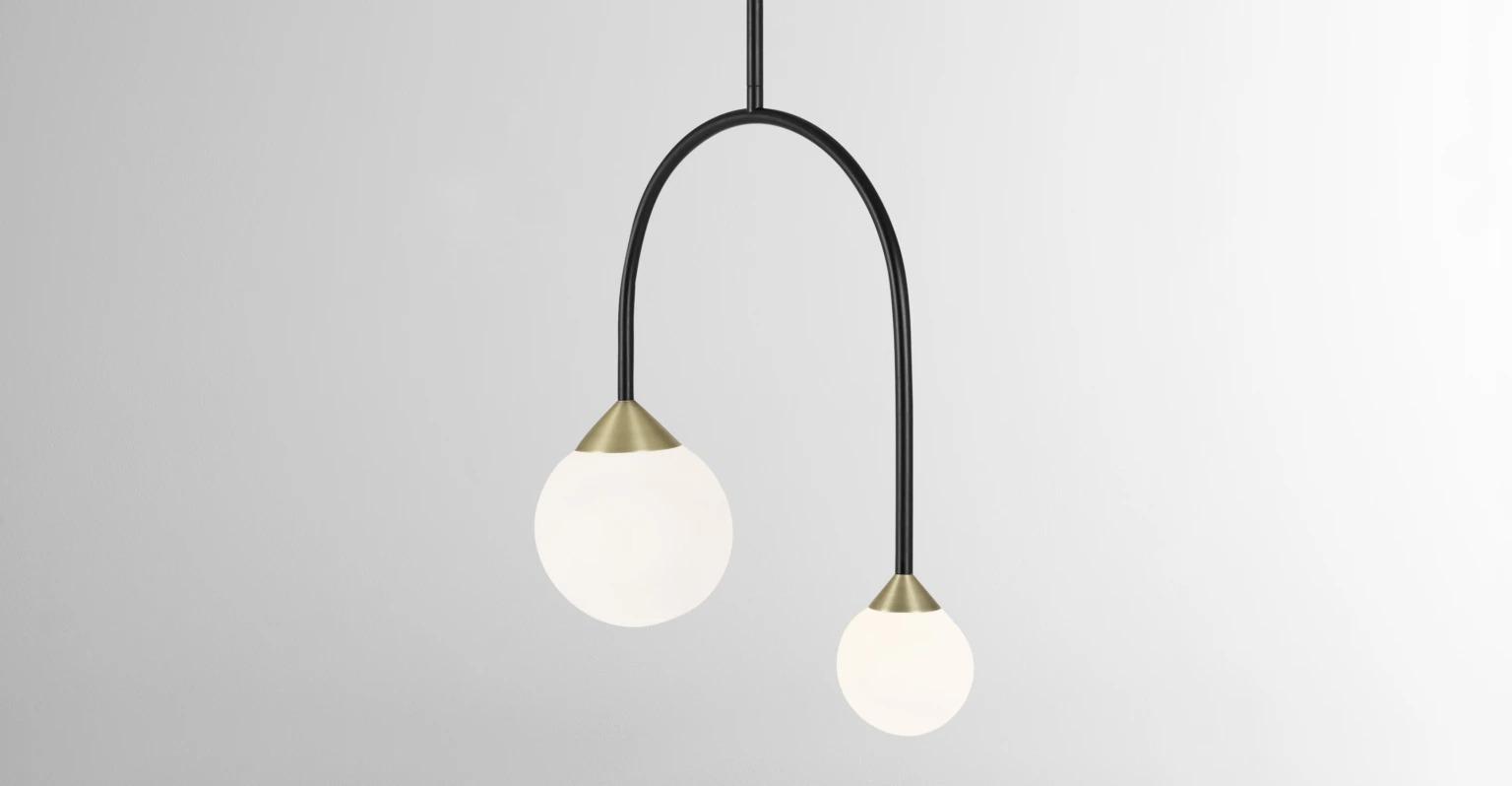Faye  Diseñado por Margaux Keller. Lámpara suspendida Faye, negro, latón antiguo y mármol