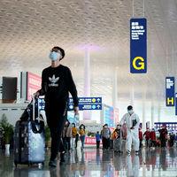 Pagar 190€ por un test o cumplir cuarentena: la idea del aeropuerto de Viena para salvar el turismo