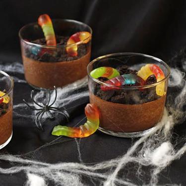 Vasitos de lodo con gusanos, receta de Halloween