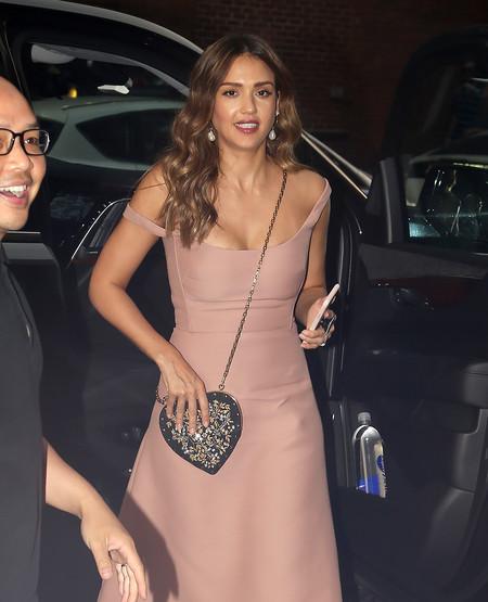 Jessica Alba o cómo ser la perfecta invitada con un perfecto vestido de color rosa empolvado y unos altos zapatos negros