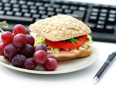 Las consecuencias de comer en la mesa de trabajo