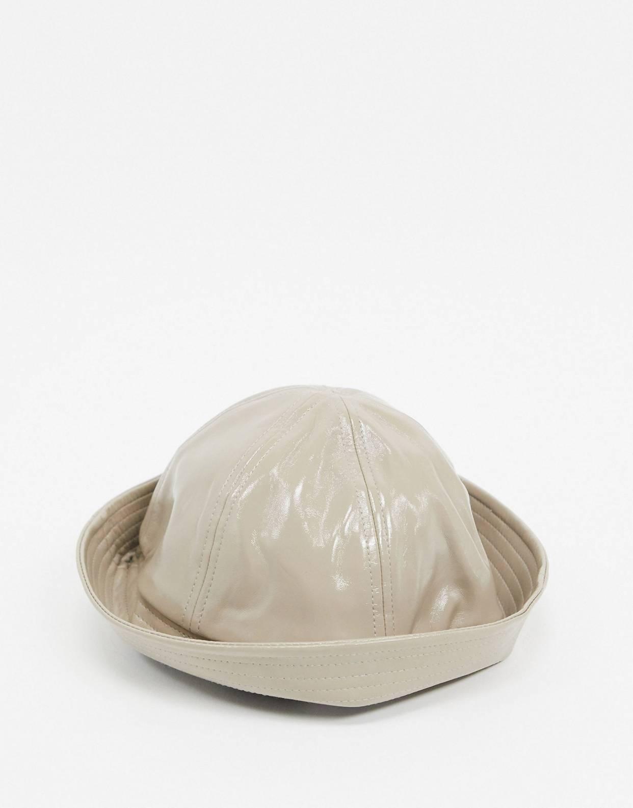 Sombrero de pescador de vinilo en beis con copa redonda de ASOS DESIGN