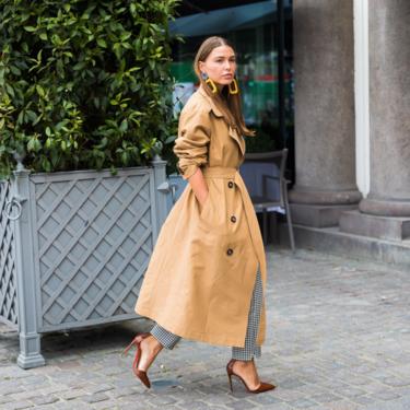 La chaqueta trench sigue siendo favorita y el street style no se la quita de encima en los días de entretiempo