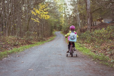 niña con mochila montando en bici