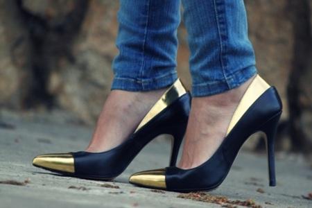 zapatos negro y dorado