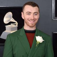 Sam Smith le apuesta al color en un outfit cromático para los premios Grammy
