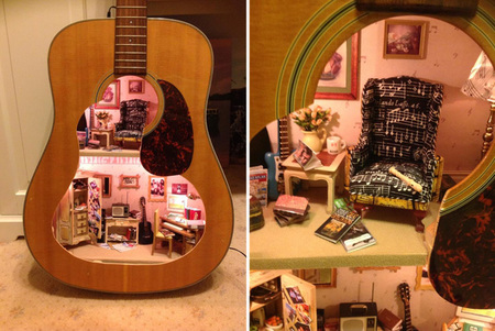 Una casa de muñecas en el interior de una guitarra