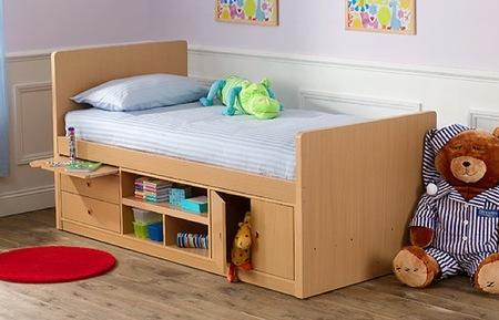 Una buena idea: mesilla de noche extraíble incluida en la cama