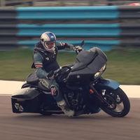 Locura nivel meterse con una Harley-Davidson CVO Road Glide en circuito y limarle hasta las alforjas