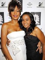 La hija de Whitney Houston intenta apuñalarla