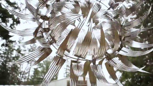 Las enormes esculturas cinéticas de acero inoxidable de Howe