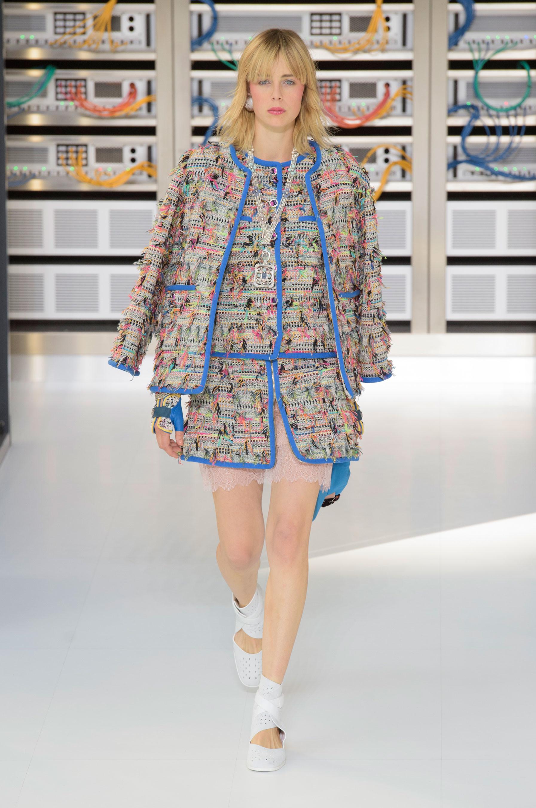 Foto de El regreso al futuro de Chanel en su colección Primavera-Verano 2017 (7/96)
