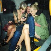 Cómo montar una fiesta en un coche con una blackberry, tu hermana y tu diseñador preferido, por Sienna Miller