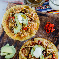 Tostadas de pollo y pimiento. Receta mexicana fácil