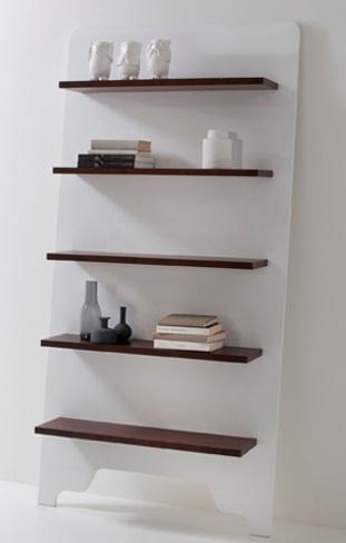 Una estanter a que se apoya contra la pared de sam baron for La contra muebles