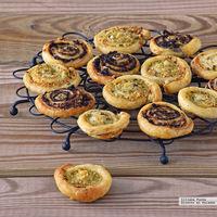 Espirales de hojaldre y parmesano dos sabores. Receta para picotear