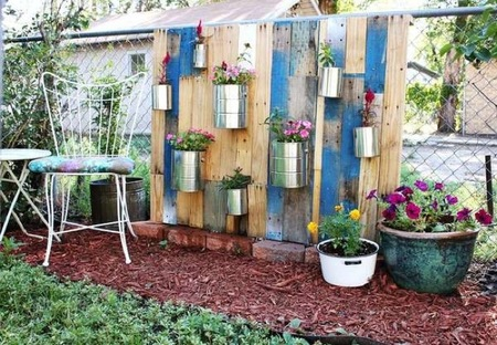 Recicladecoración: un jardín vertical con botes y latas de conservas