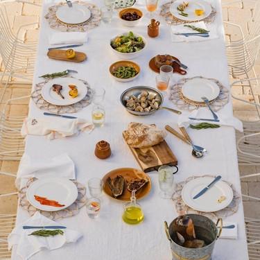 Zara Home nos inspira para preparar la mesa ideal para comer al aire libre y ya tiene rebajados sus muebles de ratán para exterior