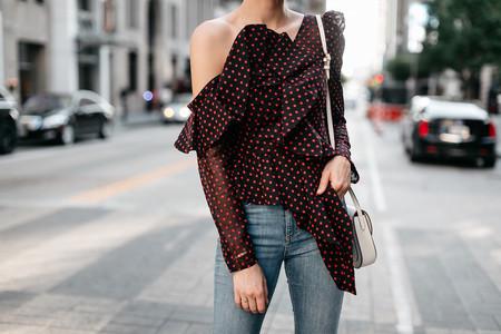 El street style nos muestra la importancia de apostar por un top con volumen. Aprovéchate de las rebajas de Zara y hazte con uno parecido