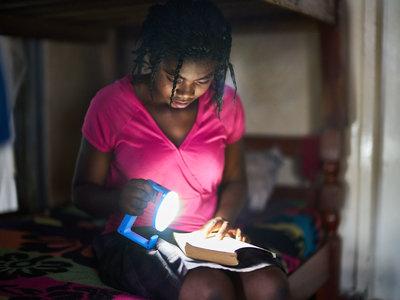 Iluminación sostenible en África con las lámparas solares de Luz Natural