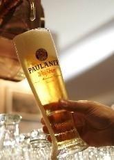 Cómo servir adecuadamente una cerveza