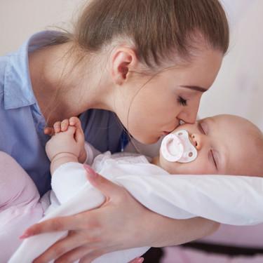 Cómo coger a un bebé recién nacido en brazos