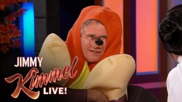 Sólo Harrison Ford puede hablar de cosas serias vestido de perrito caliente