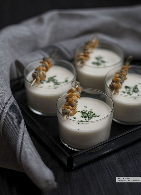 Crema tibia de espárragos con berberechos. Receta fácil y rápida