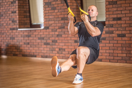 Entrena en casa con el TRX: los mejores ejercicios para trabajar tus glúteos y piernas en suspensión