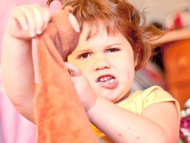 Niño rechinando dientes