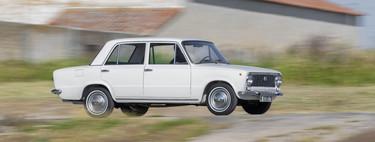 Probamos el SEAT 124, el SEAT Ateca de los años 60 y 70. Y sí, ha sido todo un viaje en el tiempo